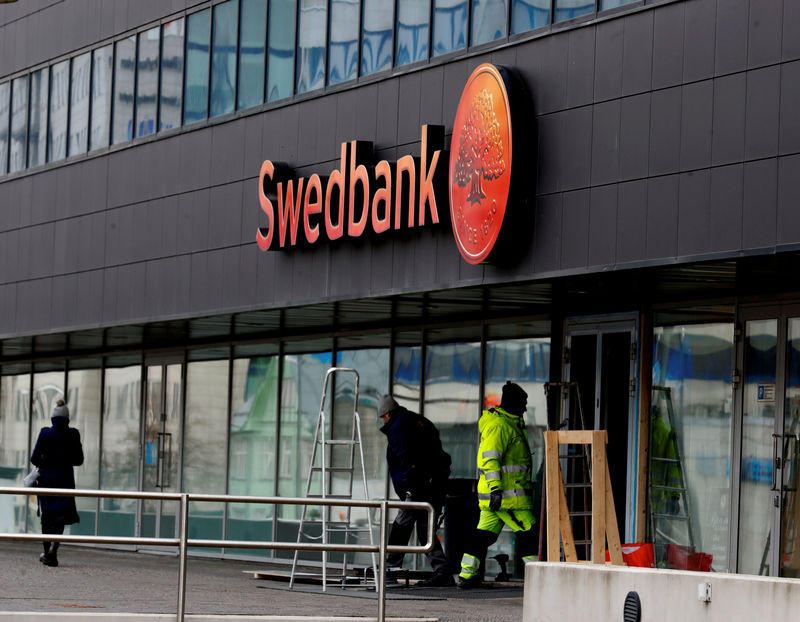 © Reuters. FILE PHOTO: Construction workers work at Swedbank local headquarters building in Tallinn